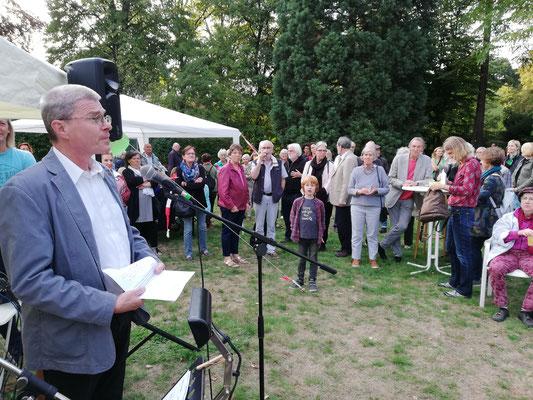 Thomas Krützberg, Kulturdezernent, eröffnet die Ausstellung