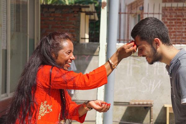 Bei uns im Haus hat so unsere Hausleiterin Hari Devi die Segnungen an alle verteilt, wie hier an Mathis.