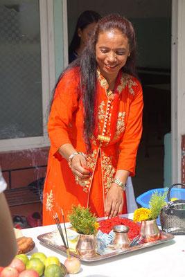 Vorbereiteter Tisch mit der Tikamasse, die aus Reis, Curd, Farbe und Banannen angerührt wird und dem Jamara für die Tika Zeremonie.