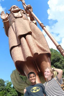 Sabin und Paula unter der 108 Fuß hohen Shiva Statue.