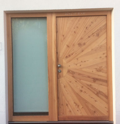 Haustür mit Glaselement in Lärche, sternförmig furniert
