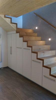 Treppenschrank mit massiven Eichenstufen