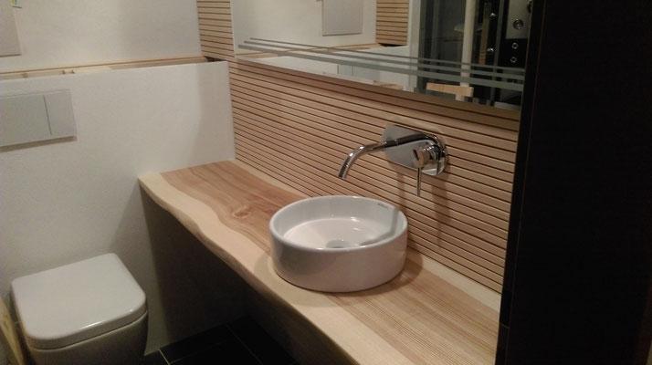 Waschtisch in Esche mit Baumkante