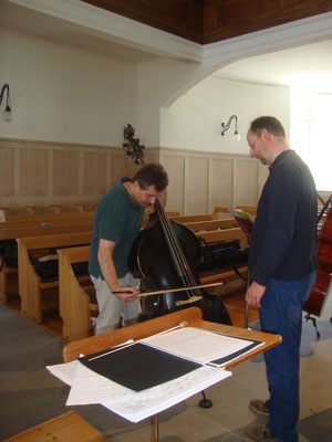 Ein Cellist am Kontrabass    Violoncelliste s'essaie à la contrebasse