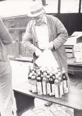 Karl Kunz auf dem ersten Historischen Markt, der auf einer Bank ausgesuchte Weinflaschen verkaufte.
