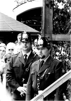 Dieter Liedtke aus Barkhausen u. Werner Dieckmann aus Bad Essen als ehemalige Dorfpolizisten in alter Uniform