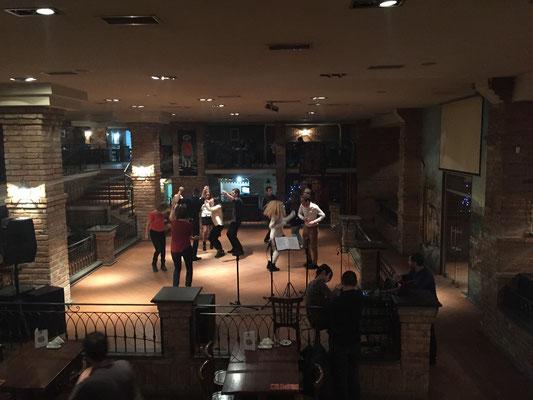 Die Tanzfläche in der ersten Bar