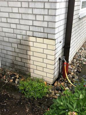 Ergebnisermittlung und Materialverträglichkeit vor der Reinigung der Fassade