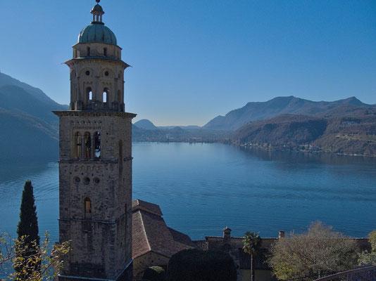 Kirche von Morcote. Hinten Porto Ceresio (Italien)