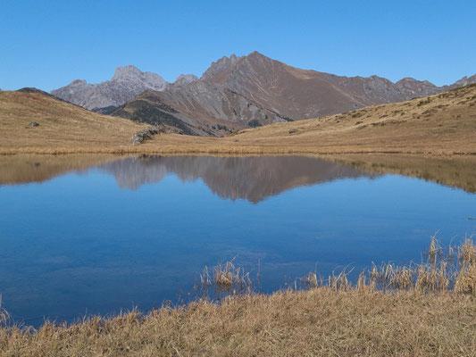 Im Lac Vieux spiegeln sich das Wittenberghorn und die Gummfluh