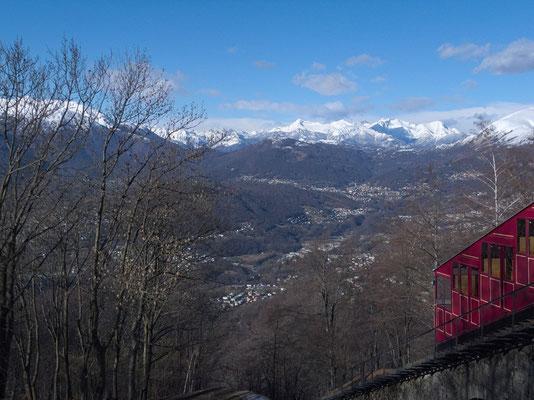 Blick über den nördlichen Teil der Agglomeration Lugano. Hinten der Pizzo di Vogorno