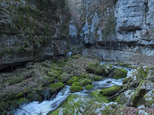 Der Weg ist zum Teil in die Felsen gehauen und gut gesichert