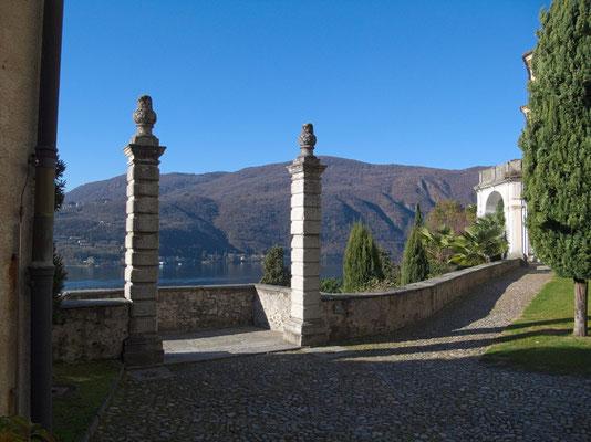 Ausblick von Garten der Kirche auf lombardische Hügel