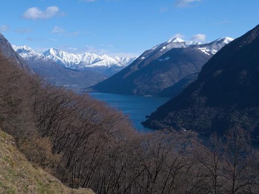 Blick über den Ost-Zipfel des Luganersees zum Monte Legnone