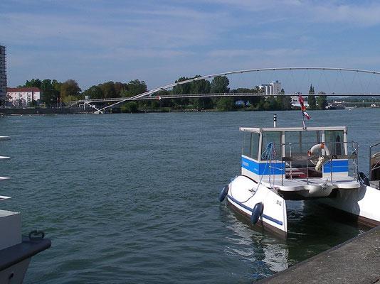Auf diesem Schiff kann man Hafenrundfahrten machen.