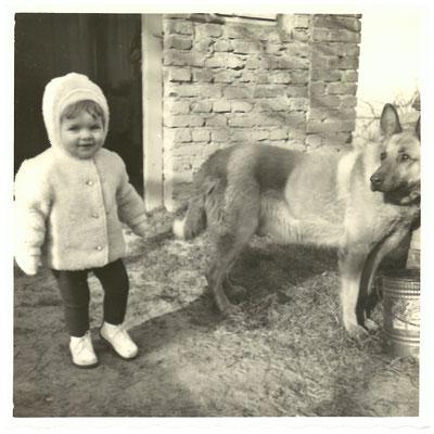 Petra + Opa`s Schäferhund Rex 20.02.1964