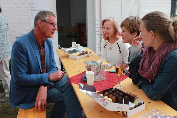 Sommerfest: Gespräche am Bierzelttisch
