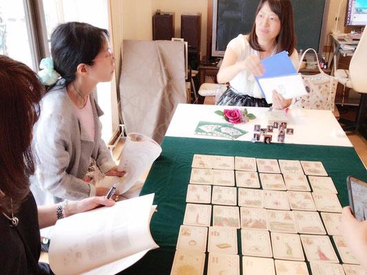 「希望のゲーム」を並べて、ルノルマン双六のやり方を説明する奥山怜奈先生