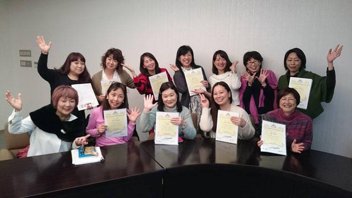 大阪で行われたルノルマン双六の講習会後、修了書を手にした受講生さんたちと。