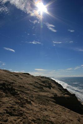Steilküste am versandeten Leuchtturm