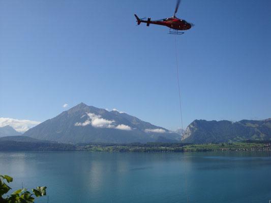 Per Helikopter wurde das Material für das Schwerlastgerüst ins steile Gelände transportiert