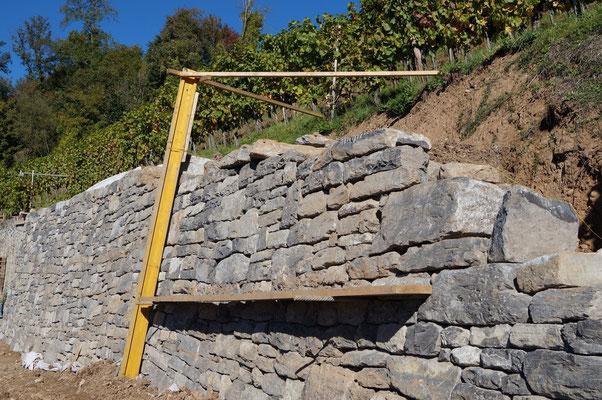 18. Oktober 2014: Bereits sind die ersten Stücke der Mauerkrone fertig.
