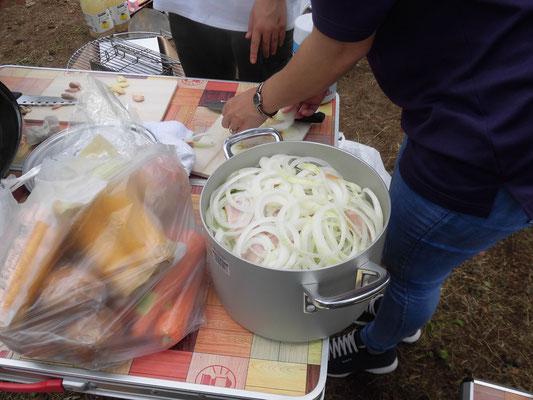 鍋にベーコン、オニオン、キャベツを入れてスープを作りました。コンソメを忘れたので、味が薄いヘルシーなスープになりました。