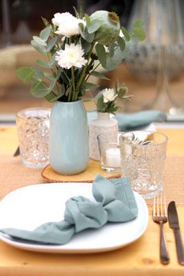 Tischdekoration mit Kräutern und Eukalyptus