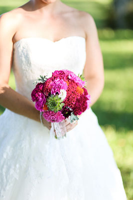 Knallig pinker Brautstrauß mit Sukkulenten, Silberblatt, Hahnenkamm, Nelken