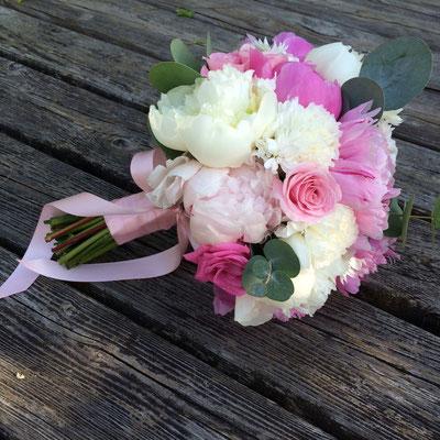 Hochzeitsfloristik mit Pfingstrosen, Rosen, Nelken, Eucalyptus in Creme, Rosa, Pink // Foto: Mariska Rümmelein