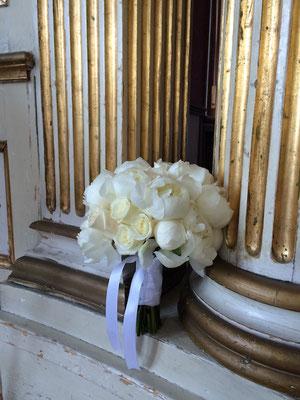 Eleganter Brautstrauß mit Pfingstrosen und Rosen in Creme // Foto: Mariska Rümmelein