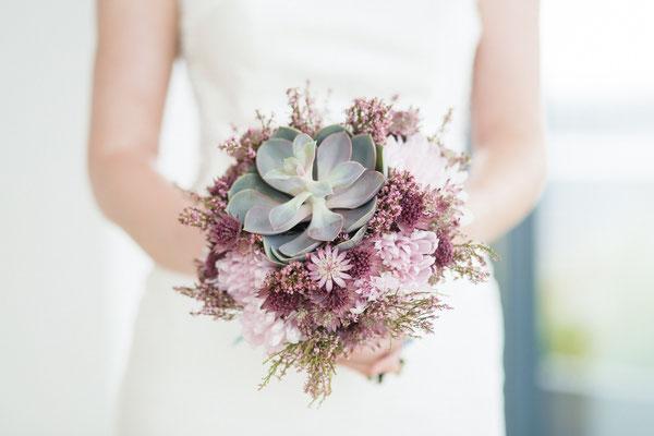 Brautstrauß mit Sukkulente // Foto: Lichterstaubis