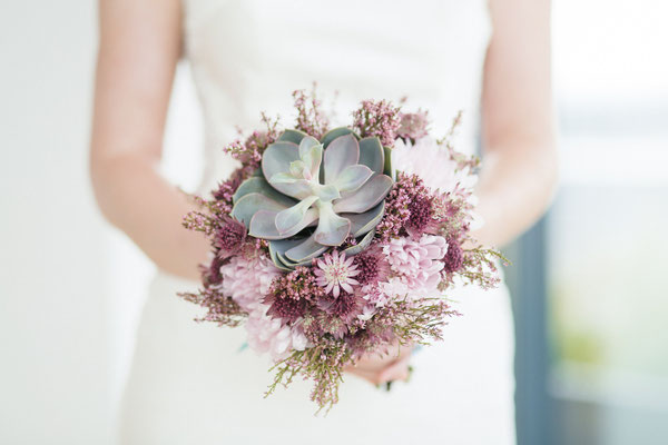 Brautstrauß mit Sukkulente // Foto: Lichterstaub Fotografie