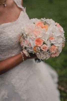 Brautstrauß in Weiß und Apricot // Foto: Flo Gehring