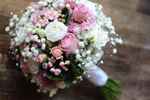 Brautstrauß in Rosa & Weiß mit Schleierkraut // Foto: Mariska Rümmelein