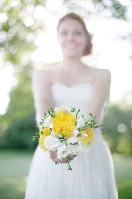 Brautstrauß in Gelb und Weiß mit Freesien, Trommelstöckchen, Crysanthemen