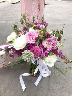 Wiesenblumen Brautstrauß // Foto: Mariska Rümmelein