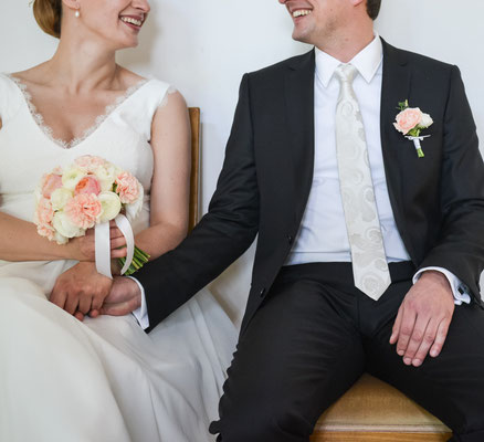 Klassischer Brautstrauß in Creme, Apricot // Foto: Dave Wright Photography