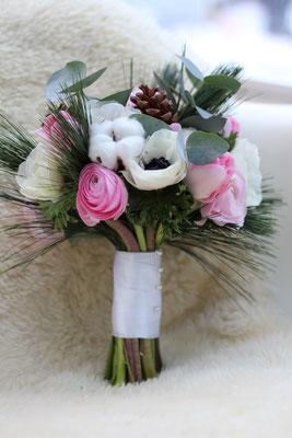 Winterlicher Brautstrauß mit Anemonen, Ranunkeln, Baumwolle // Foto: Mariska Rümmelein
