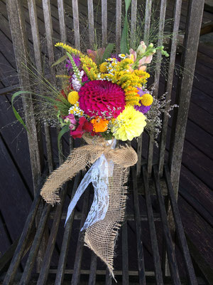 Sommerlicher Brautstrauß mit Dahlien, Trommelstöckchen, Löwenmäulchen