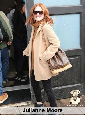 Julianne Moore actrice célébre adore les sacs a main Louis Vuitton tres résistant