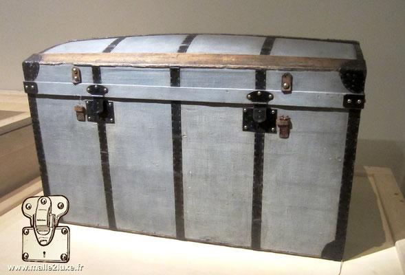 toile Trianon et serrure acier malle ancienne