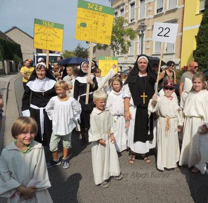 Klosterfrauen und ihre Zöglinge aus dem Zisterziensischen Kloster.