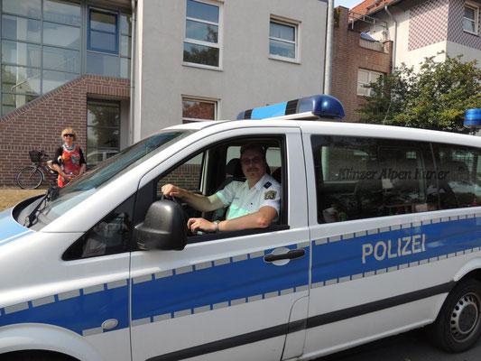 Angeführt wurde der Festumzug vom Regionalbereichsbeamten, Polizeihauptmeister Michael Schultka. Er sorgte für freie Bahne.