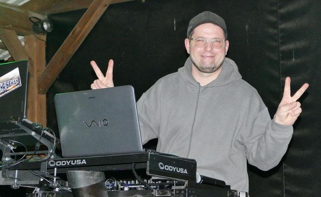 Der DJ heizt ordentlich ein