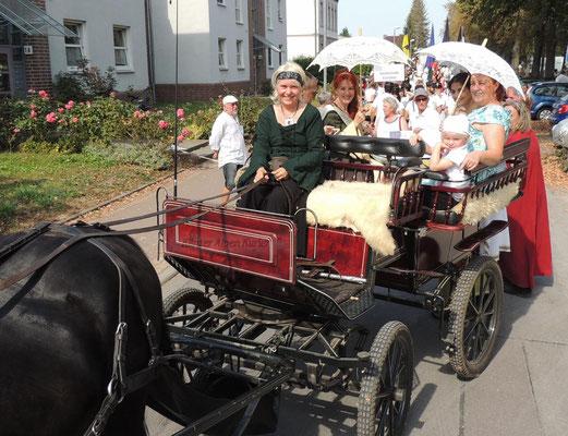 Die Bürgermeisterin nahm in einer Kutsche platz.