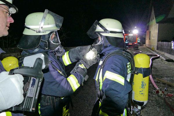 Beim Anlegen der Atemschutzausrüstung half man sich gegenseitig