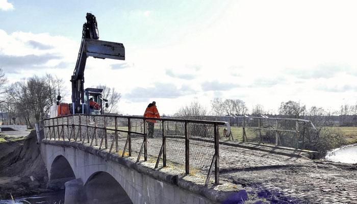 Die Bauarbeiten zum Ersatzneubau der Brücke über die Aller haben begonnen.