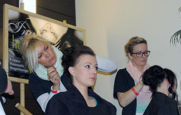 Voller Konzentration, damit auch jedes Härchen sitzt, das Team von Inga´s Haarparadies aus Haldensleben.