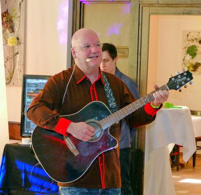 """Burkhard Peine singt, textet, spielt Gitarre und komponiert. 2012 wurde er unter 15 Anwärtern mit dem 1. Preis """"Mein Song Musik aus Magdeburg"""" ausgezeichnet. Burkhard Peine, Jahrgang 1961, Bauingenieur, wohnt in Wedringen bei Haldensleben."""